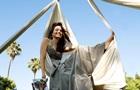 Парящая Джоли, серебро и антивакцинаторы: фото дня