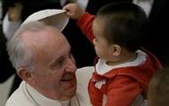 На день рождения Папы Римского пришли бездомный с собакой, уборщики и аргентинские футболисты