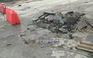 В Киеве на дороге просел асфальт: остановился транспорт