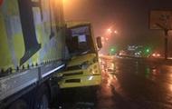 В Киеве три человека пострадали из-за ДТП маршрутки и фуры