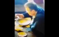 В Сети показали, как похожий на Геращенко человек вылизывает тарелку