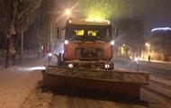 Снегопад в Киеве: дороги чистят более 300 единиц техники