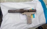 Мальчик нашел оружие и случайно выстрелил в 2-летнюю сестру