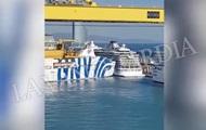 В порту Барселоны паром врезался в круизный лайнер