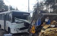 В Киеве маршрутка врезалась в грузовик: пять пострадавших