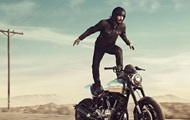 Киану Ривз снялся в рекламе стоя на мотоцикле