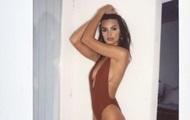 Эмили Ратаковски похвасталась фигурой в бикини