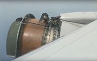 С американского самолета во время полета посыпалась обшивка