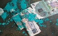 В Киеве облили краской раздававшую газету Вести девушку