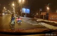 В Киеве мамаши с детьми побежали через шесть полос