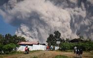 Вулкан выбросил столб дыма высотой пять километров
