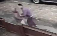 Нападение грабителя на ребенка попало на видео