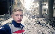 Подросток показал серию селфи на фоне войны