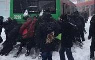 В Харькове люди вытолкали троллейбус из сугробов