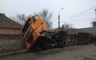 В Николаеве тягач с тоннами лука протаранил дом