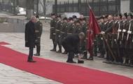 Порошенко поднял шапку солдата почетного караула