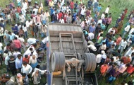 In India, a bus fell off a bridge: 14 killed
