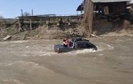 На Закарпатье мужчина утопил Mercedes, пытаясь помыть его в реке