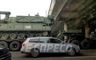 В Киеве тягач с бронетехникой застрял возле моста