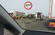 На трассе Киев-Одесса бензовоз въехал в дорожных рабочих