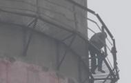 В Сумах работник завода грозился прыгнуть с 30 метров из-за зарплаты