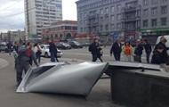В Киеве сорвавшиеся с ТРЦ стальные листы травмировали женщину