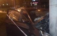 В Киеве авто врезалось в столб, есть пострадавшие