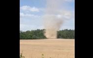 Песчаный вихрь под Черниговом сняли на видео