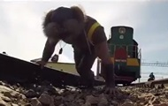 В Казахстане силач протащил тепловоз с вагоном весом 180 тонн