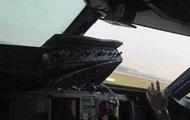 В кабине пилотов самолета во время полета выпало стекло