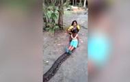Девочки прокатились на спине гигантского питона
