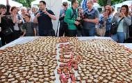 У Вінниці створили величезний бутерброд із салом у формі карти області