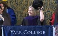 Хиллари Клинтон пришла к выпускникам Йеля с шапкой-ушанкой