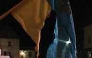 На Львовщине сожгли два флага Украины у памятника