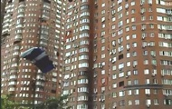 В Киеве экстремал прыгнул с многоэтажки с парашютом