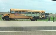 В США грузовик протаранил школьный автобус: 20 пострадавших