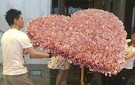 Китаец подарил девушке букет из денег и нарушил закон