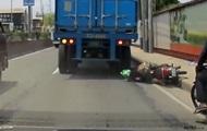 Байкер встал после наезда грузовика на его голову