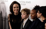 Суд пригрозил Анджелине Джоли лишением опеки над детьми