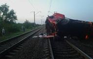 На Днепропетровщине фура упала с моста на железную дорогу