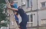 В Николаеве спасатели снимали ребенка с тополя