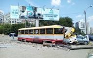 В Одессе трамвай задним ходом снес столб и протаранил авто
