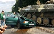 У Білорусі БМП роздавив авто