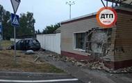 В Борисполе такси на скорости протаранило дом