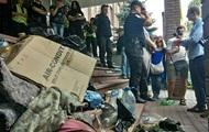 Радикалы завалили мусором здание полиции в Киеве