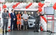 Компания Heinemann Duty Free вручила победителю промо-акции Buy & Win новый Jaguar E-Pace