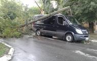 В Кировоградской области на микроавтобус с людьми упал столб