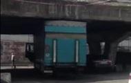В Киеве габаритная фура застряла под Шулявским мостом