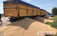 Конфликт под Николаевым: на дорогу высыпали десятки тонн зерна