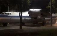 По проспекту в Киеве проехал самолет